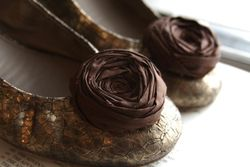 Brown-flower-shoe-clip-brydferth